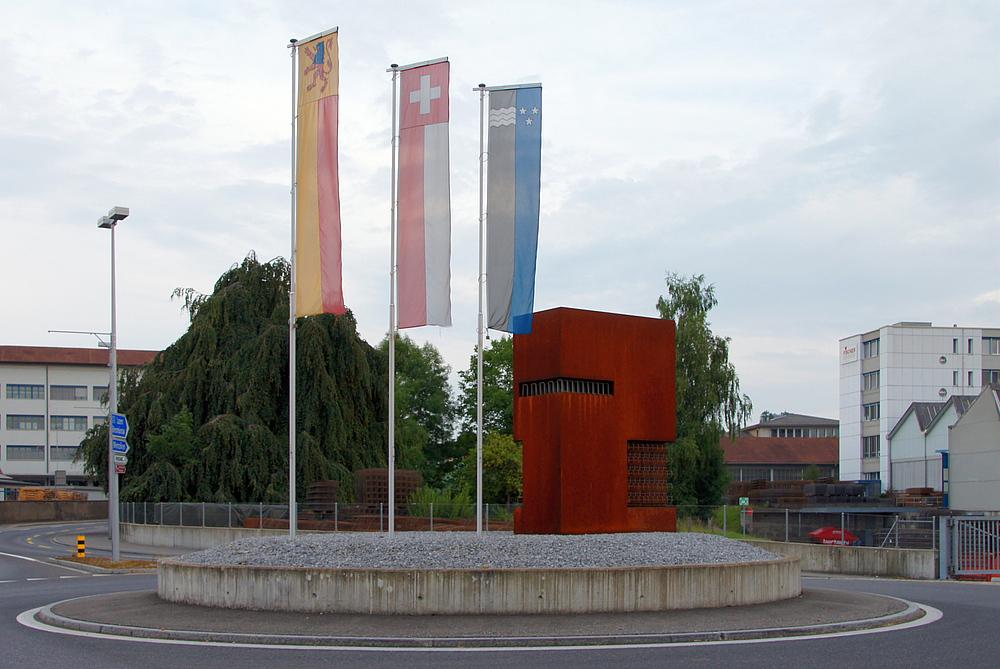 ..rostige Skulptur im Kreisel..