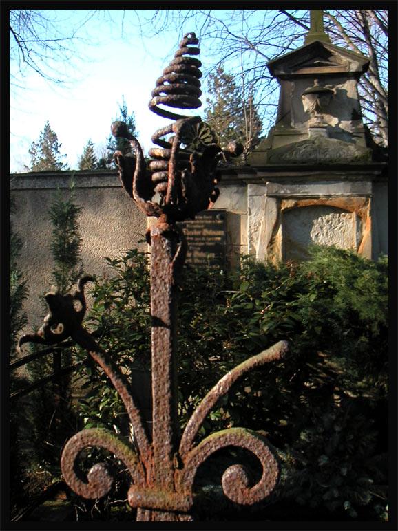 Rostiger Zaun Fruhling Auf Dem Friedhof Foto Bild Mystik