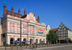 Rostock zeigt Flagge für Liebe, Toleranz und Vielfalt