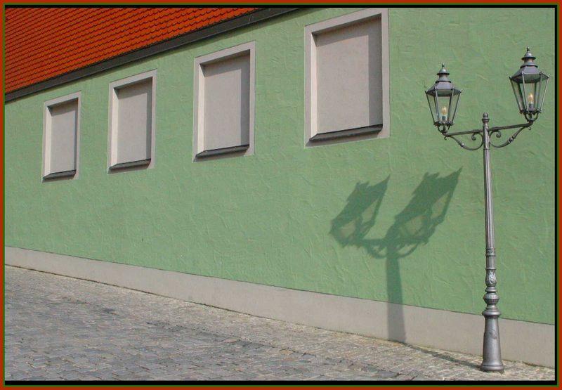 rot, grün und eine Lampe