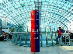 rot und blau unter Glasdach