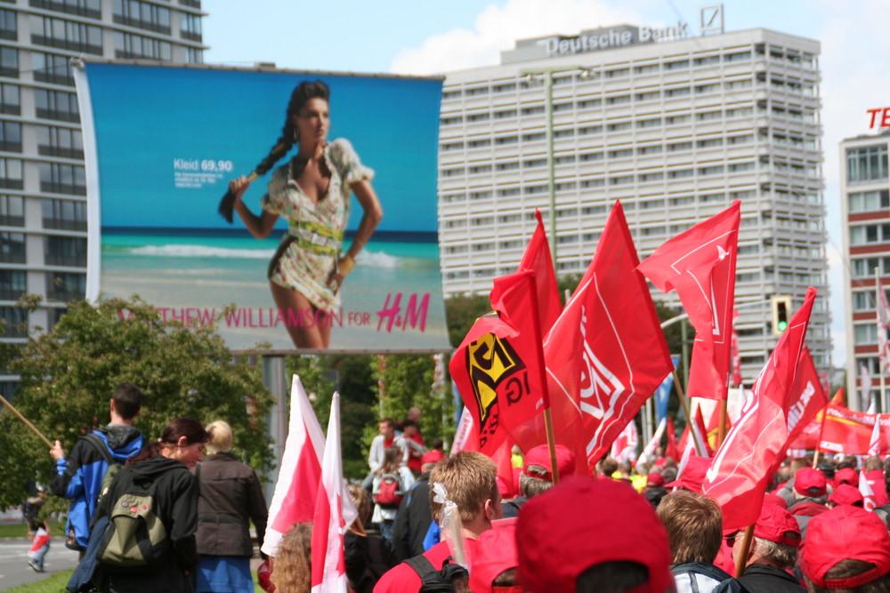 Rote Fahnen - Deutsche Bank - Berlin 2009- buntes Strandkleid