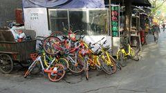 Rote, gelbe und andersfarbige aussortierte Fahrräder