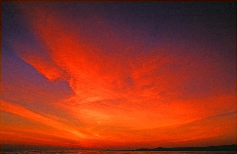 Rote Schleier überziehen den Himmel