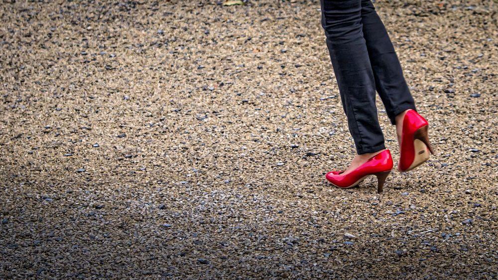 rote Schuhe im Kies