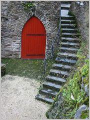 Rote Tür mit Treppe
