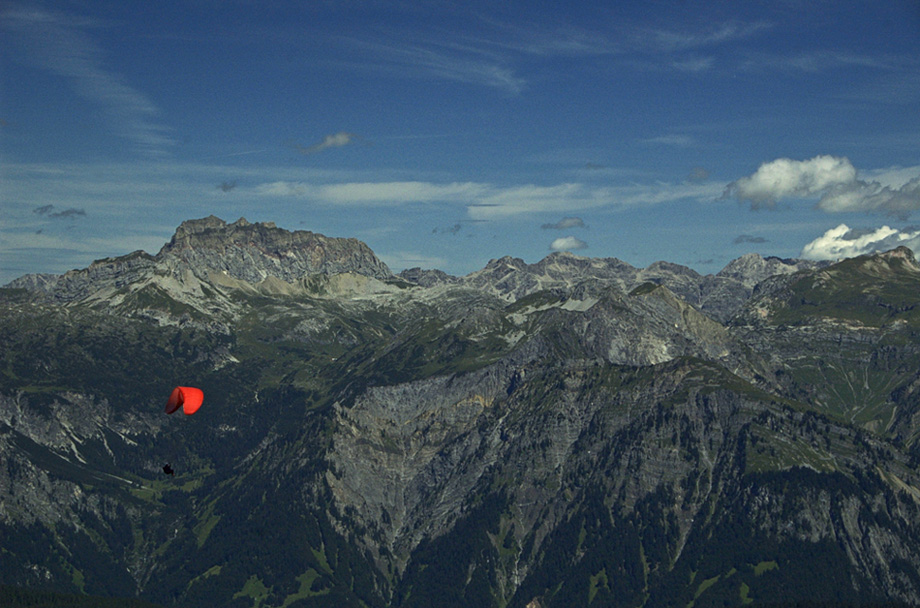 Rote Wand mit rotem Paraglider