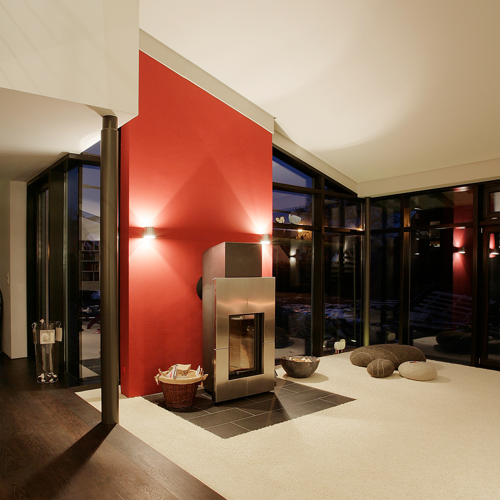 Rote Wandscheibe Im Modernen Einfamilienhaus Foto & Bild