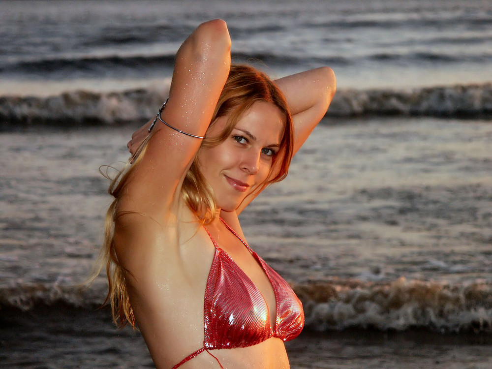 Roter Bikini an der Elbe