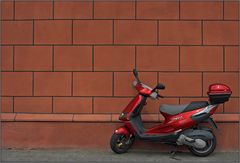 Roter Roller vor roter Wand