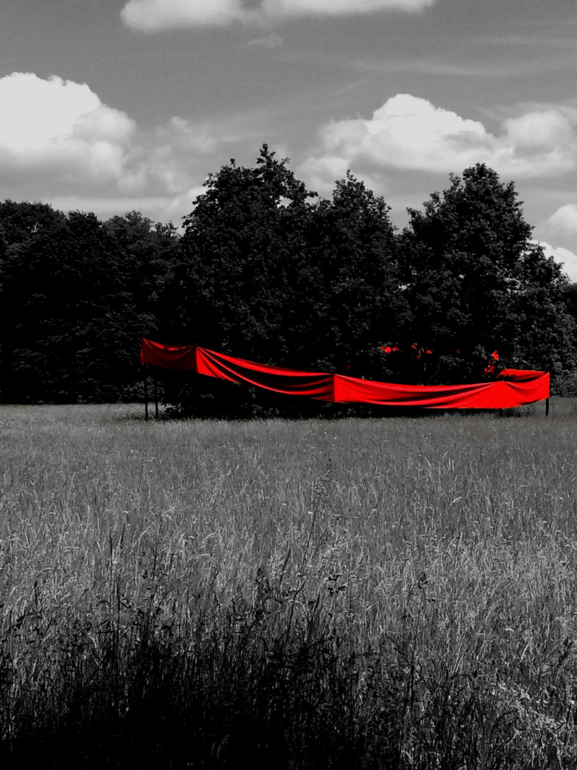 Roter Strich in der Landschaft