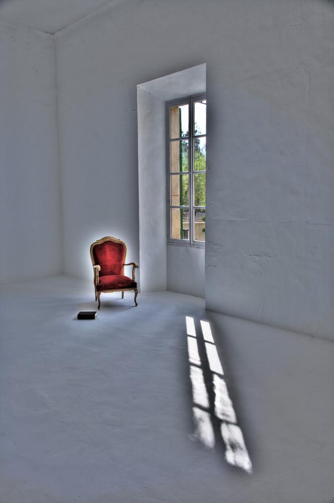roter stuhl mit fenster hdr
