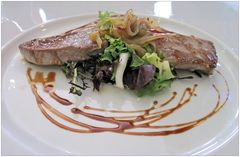 roter Thunfisch mit Salat