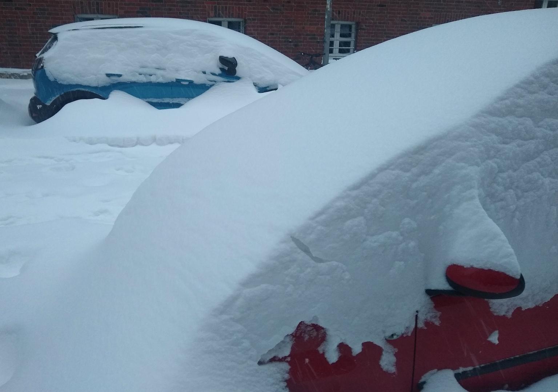 rotes Auto - Schnee - blaues Auto