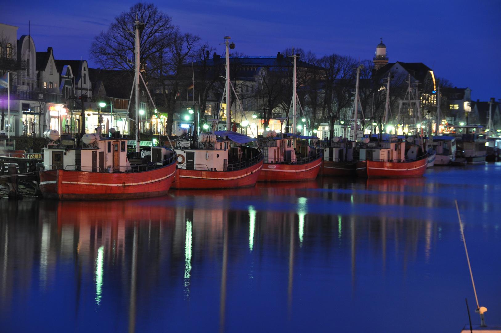 Rotes Boot, blaue Stunde