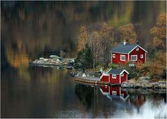 Rotes Haus im Fjord