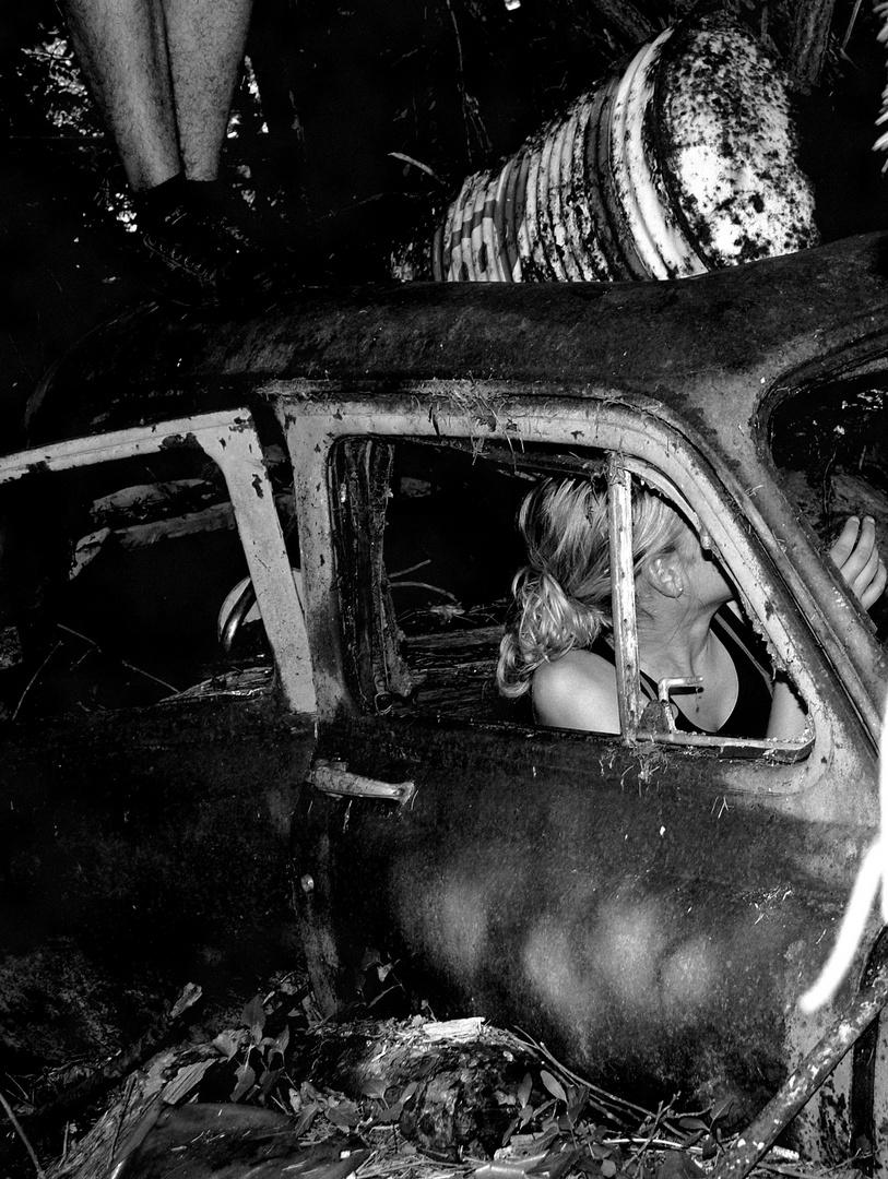 Rouler dans le passé avec cette vielle voiture Rouillée. (1)