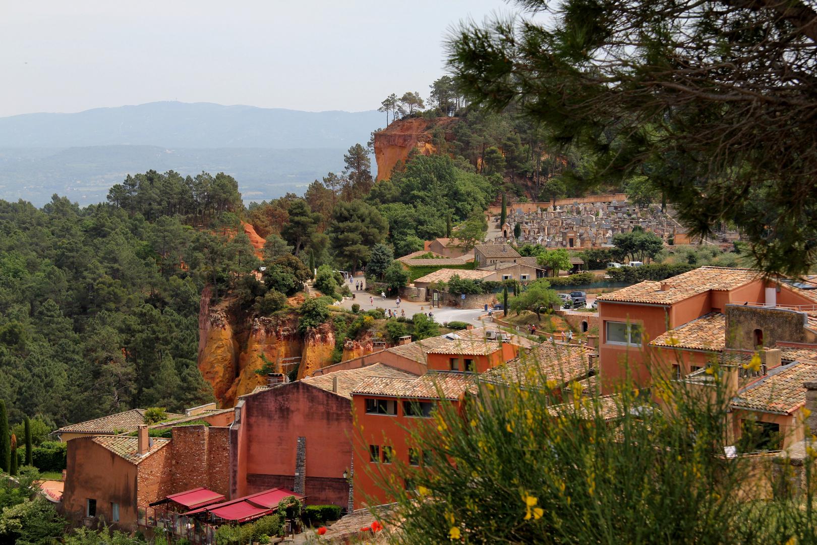 Roussillon mit seinen Ockerfelsen