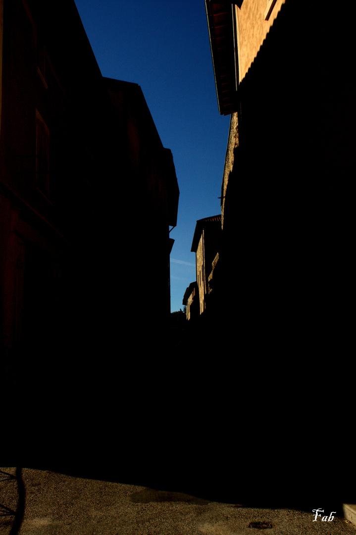 Rue entre ombre et lumière