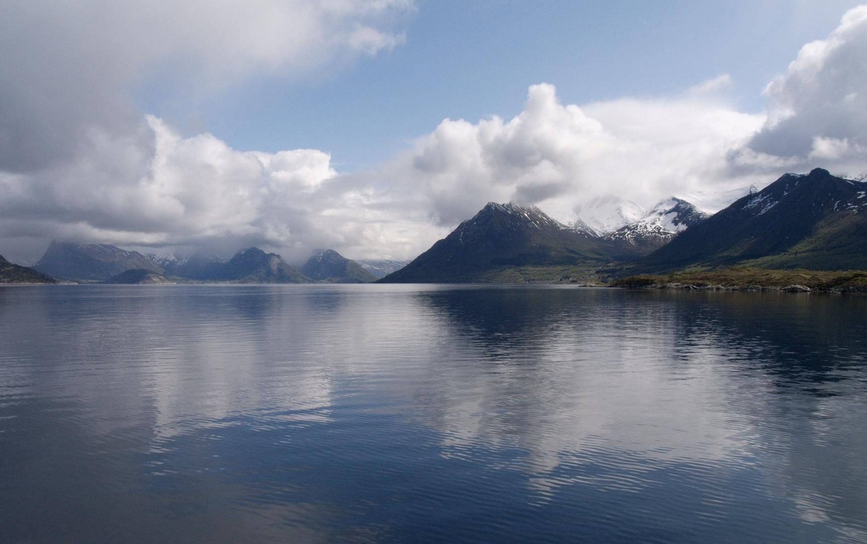 Ruhe finden  -   Wolkenspiegelungen in Westnorwegen
