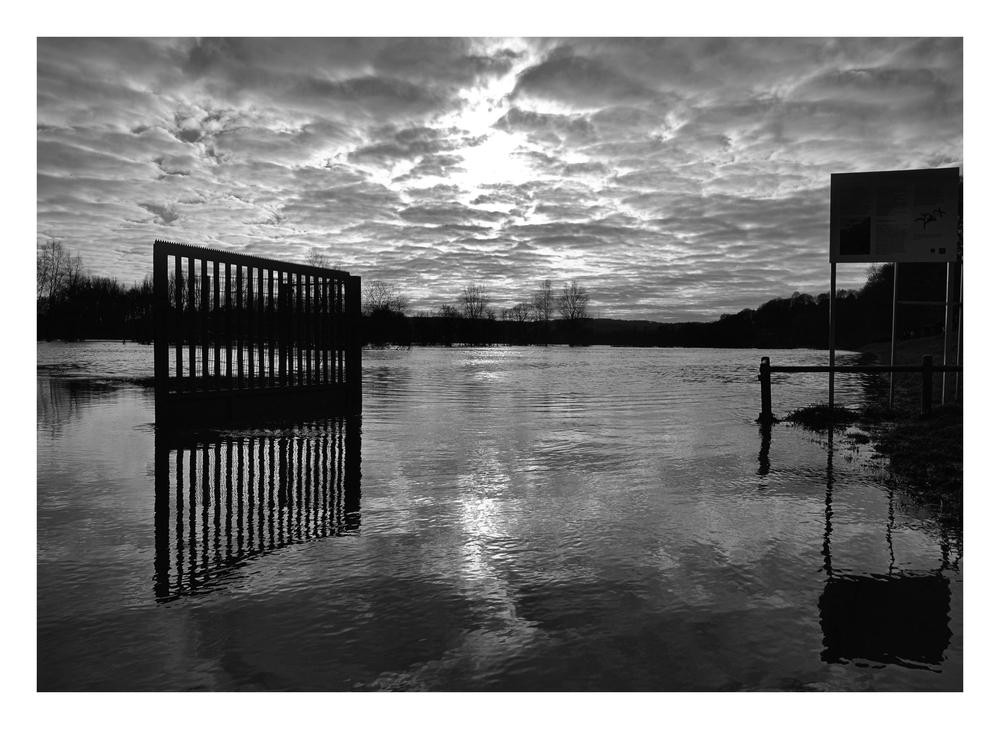Ruhrhochwasser - Machet auf das Tor...