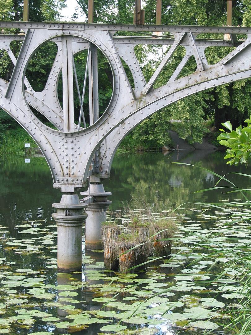 Ruine einer Stahlbrücke