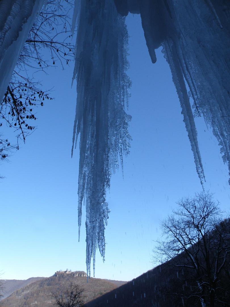 Ruine Hohen Urach durch den Eisvorhang des Uracher Wasserfalles