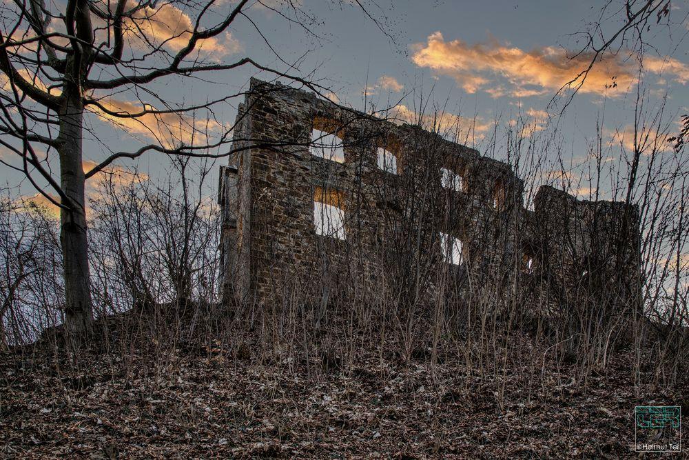 Ruine Scharfenberg zur blauen Stunde.