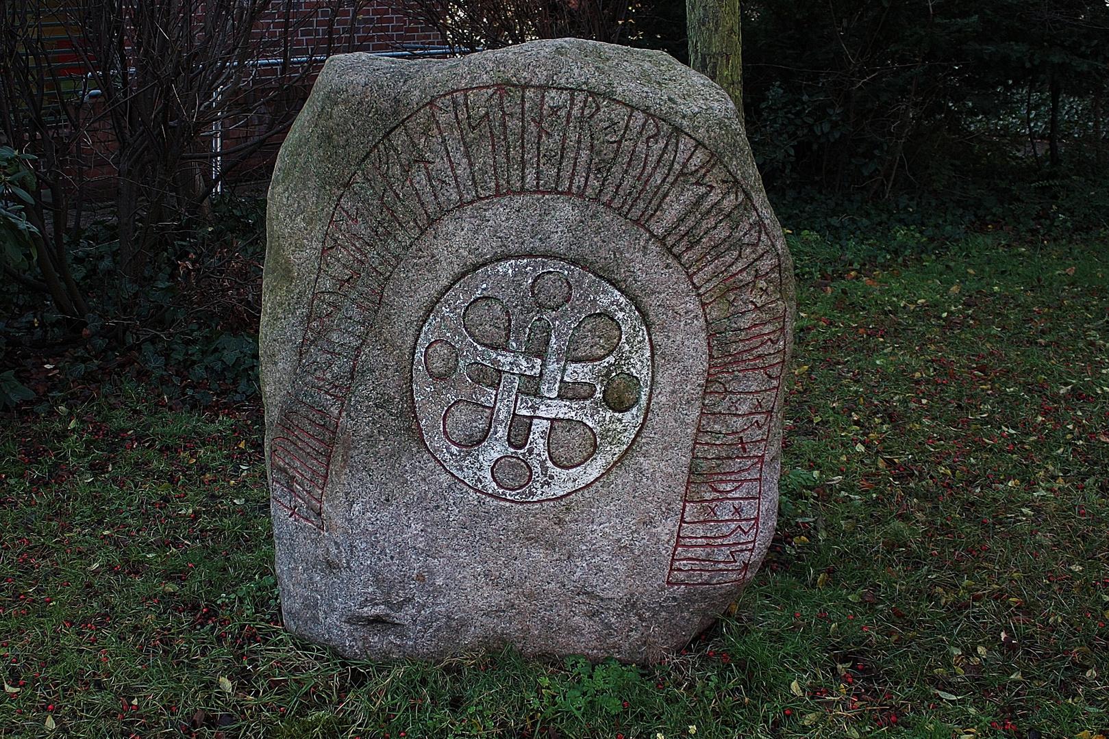Runenstein neben der Kirche von Wedel -->