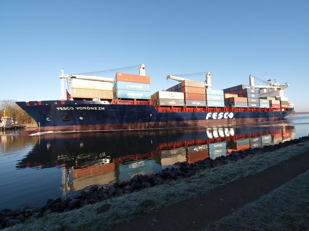 Russisches Containerschiff FESCO VORONEZH auf dem Nord-Ostsee-Kanal