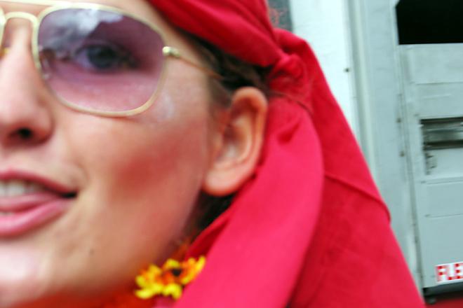 Ruth trägt bevorzugt rot, streckt mir gern die Zunge raus und möchte immer aus dem Bild huschen