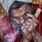 Sadhu in Varanasi beim Genuss von Bhang