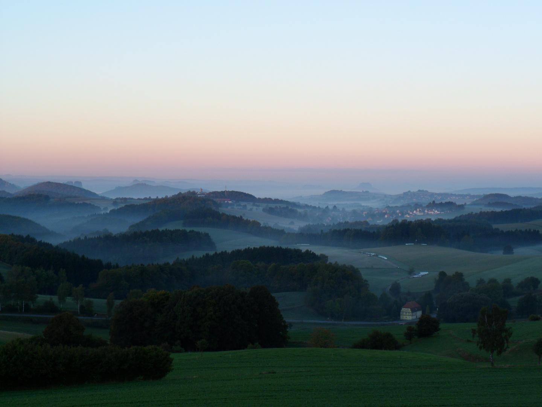 Sächsische Schweiz im Morgennebel (oberhalb von Saupsdorf)