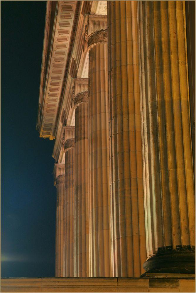 ....Säulen am Gendarmenmarkt in Farbe getaucht