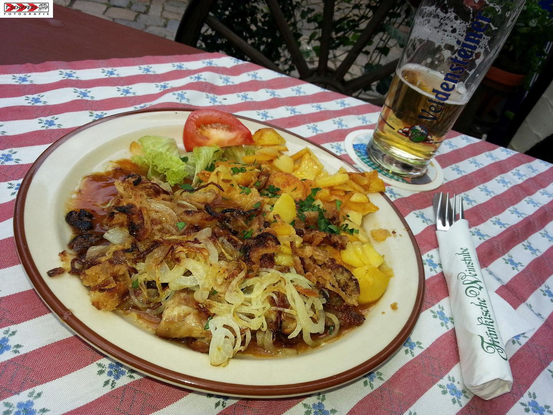saftiges Zwiebelfleisch mit Bratkartoffeln