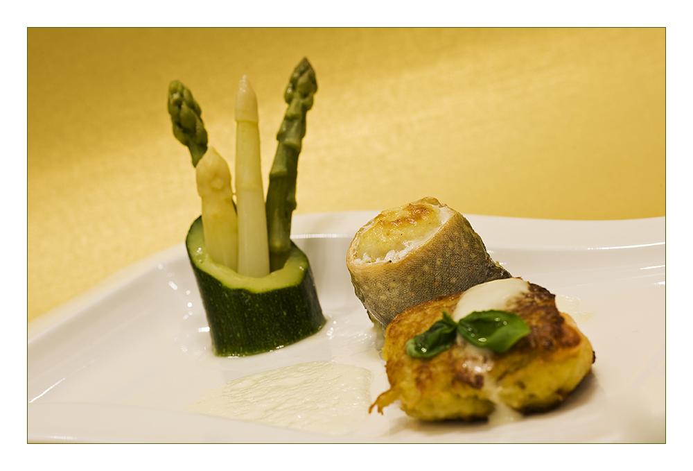 Saiblingsröllchen und Lachsforelle in der Kartoffelkruste mit Spargel im Zucchiniring