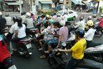 Saigon - Auch zu viert paßt man auf einen Motorroller