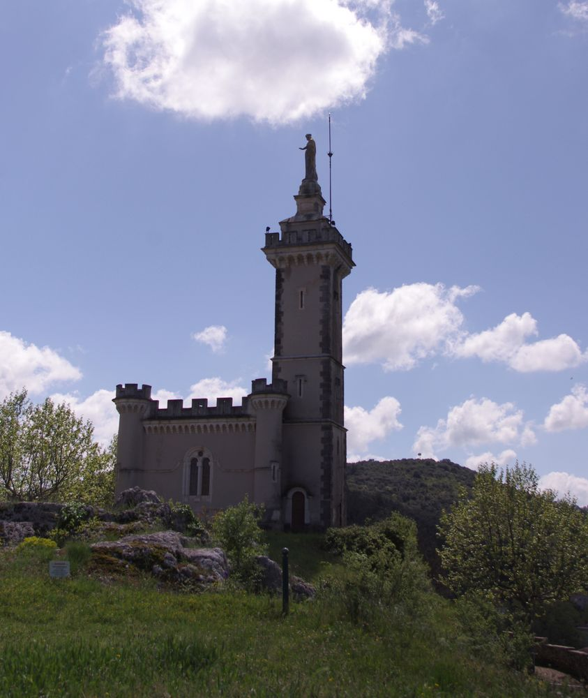 Saint Ambroix, Gard ,chapelle XIXe surplombant l'ancienne ville sur le rocher de Dugas.