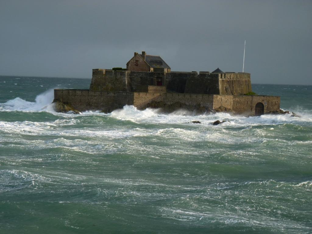Saint-Malo Fort national dans la tempête