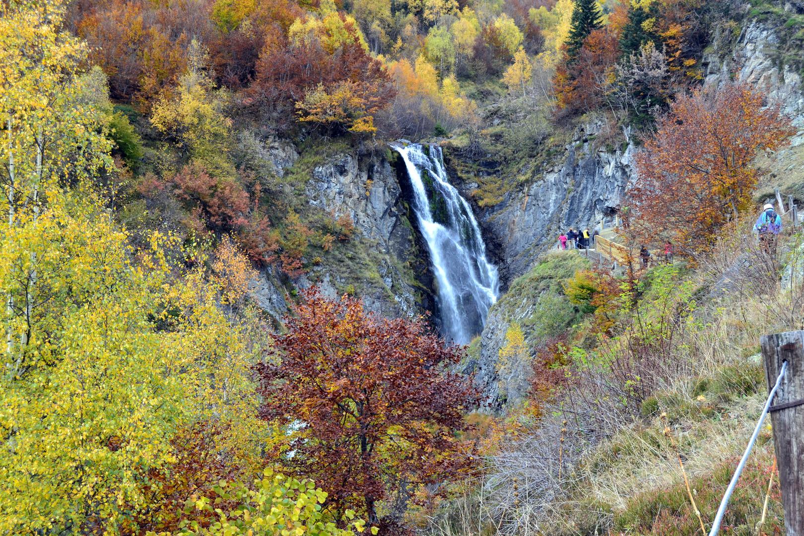Salto de agua en otoño
