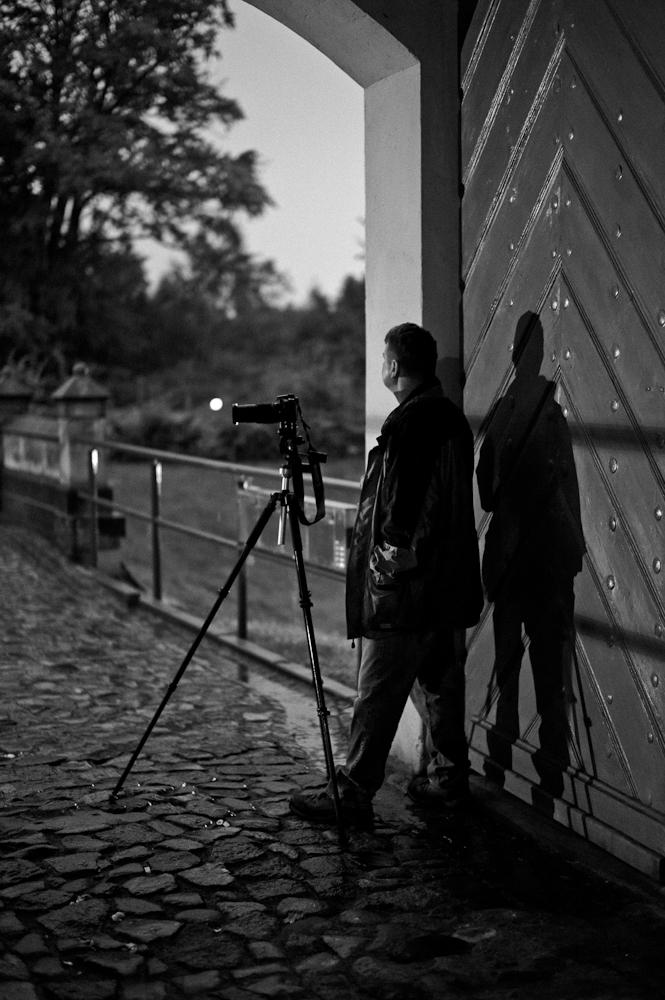 Salzländer Nachtfotografierer beim Warten auf das Ende des Regens