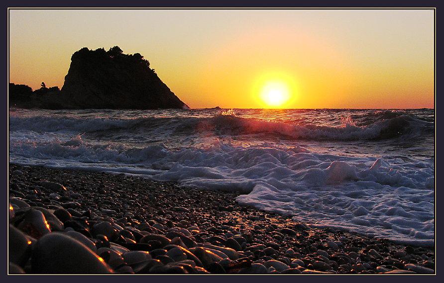 Samos: wenn die Brandung nochmals mit der Sonne spielt...
