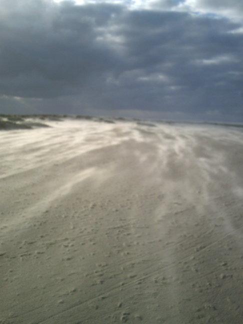 Sand fliegt über den Borkumer Nordstrand
