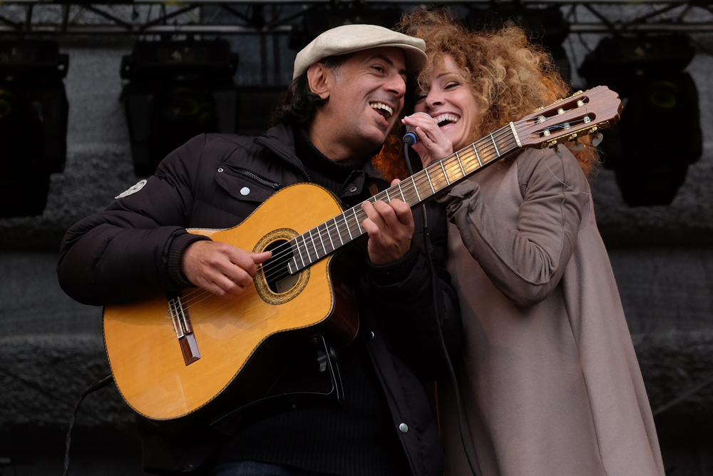 Sandra Pires mit Gitarrenbegleitung