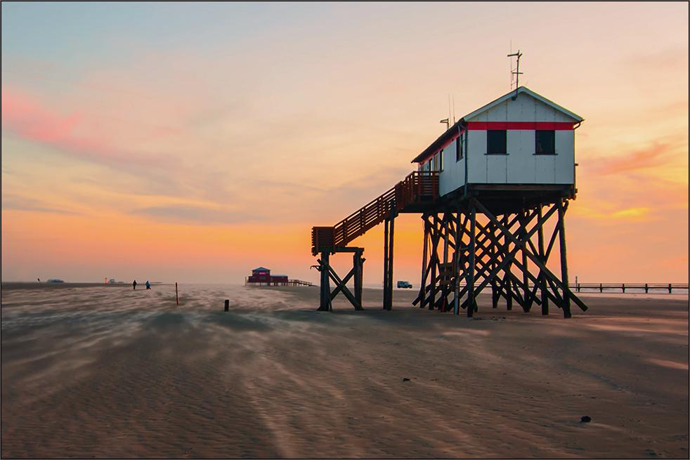 sandtreiben, sonnenuntergang und sogar autos am strand