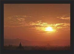 Sanftes Feuer über Bagan