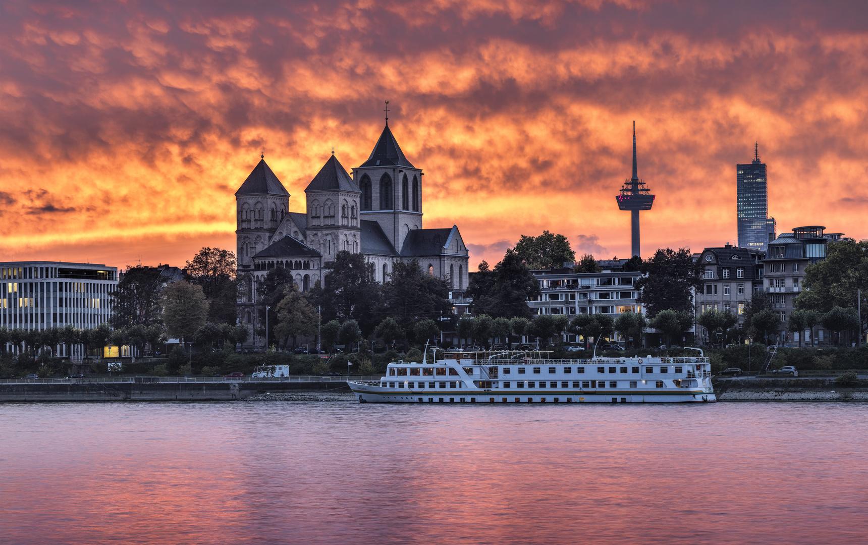Sankt Kunibert in Köln im Abendrot