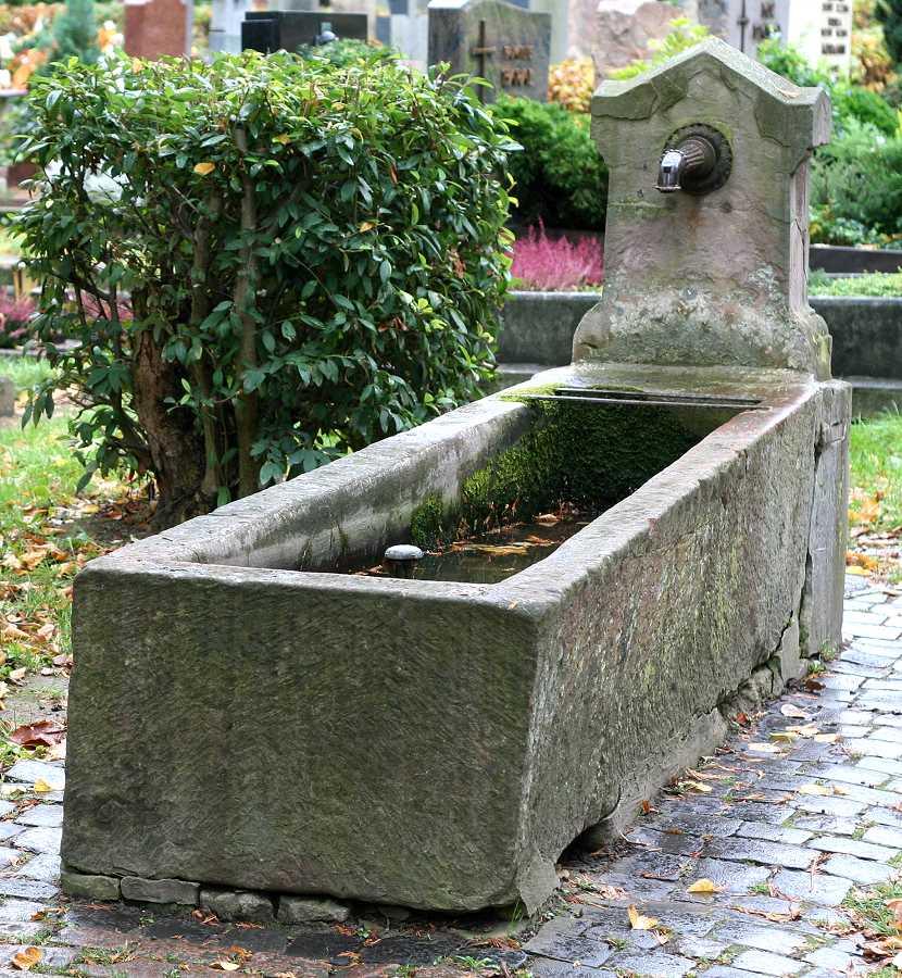 Sarkophag als Wasserschöpfstelle