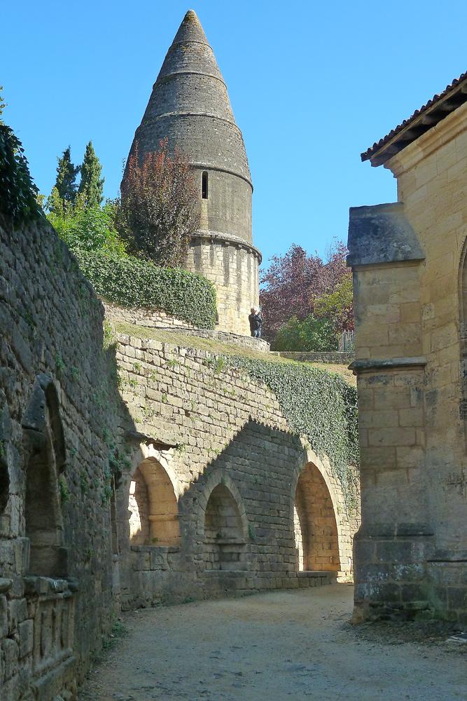 Sarlat - la Canéda - Laterne des Morts mit Reste der Stadtmauer