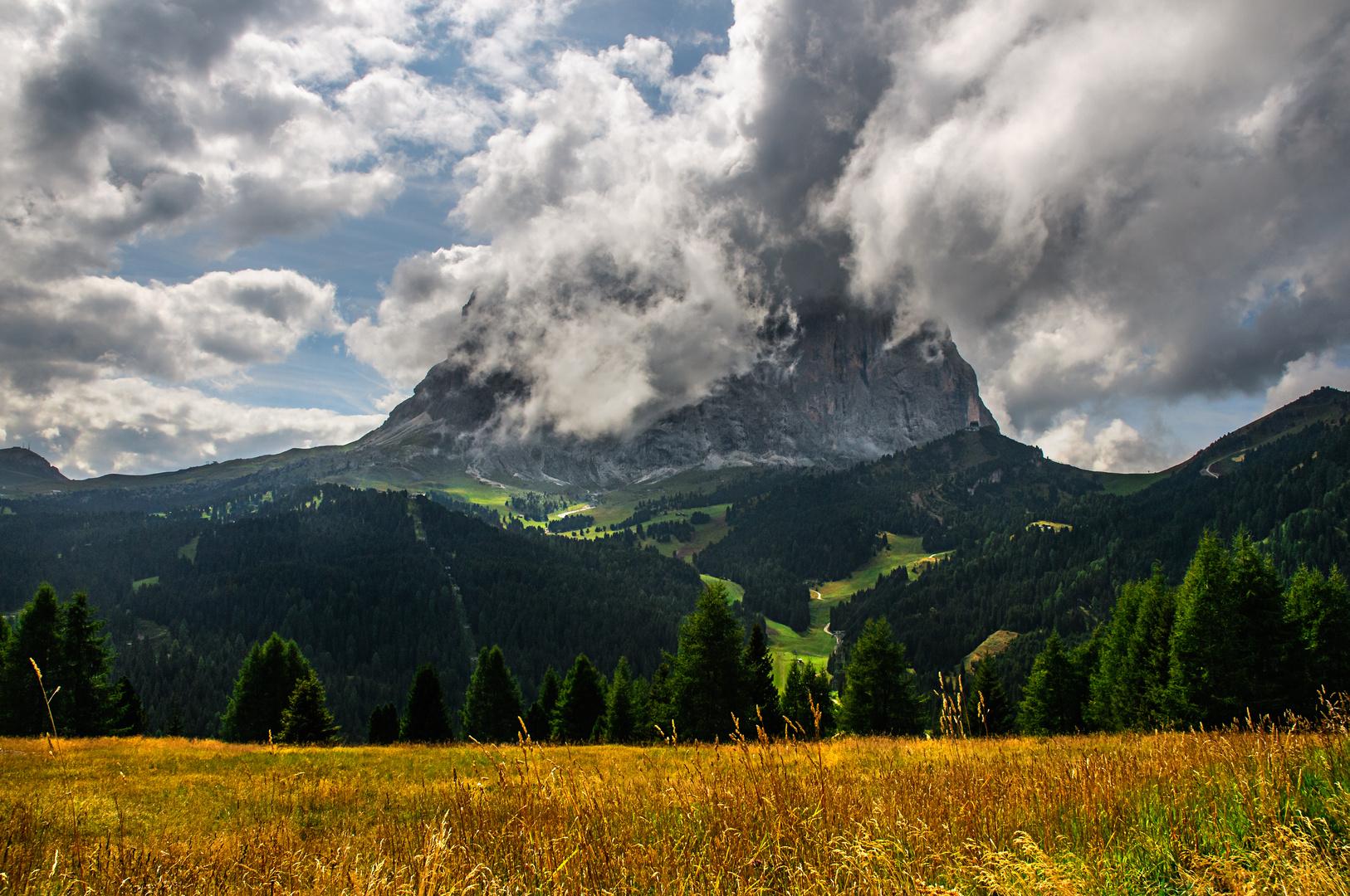 Sassolungo sotto le nuvole